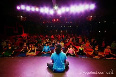 Регрессия в прошлые жизни для аудитории в 300 человек - это Карпатский Йога фестиваль - Carpathian Yoga Fest