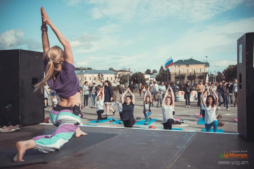 Занятие по йоге в центре города Кострома